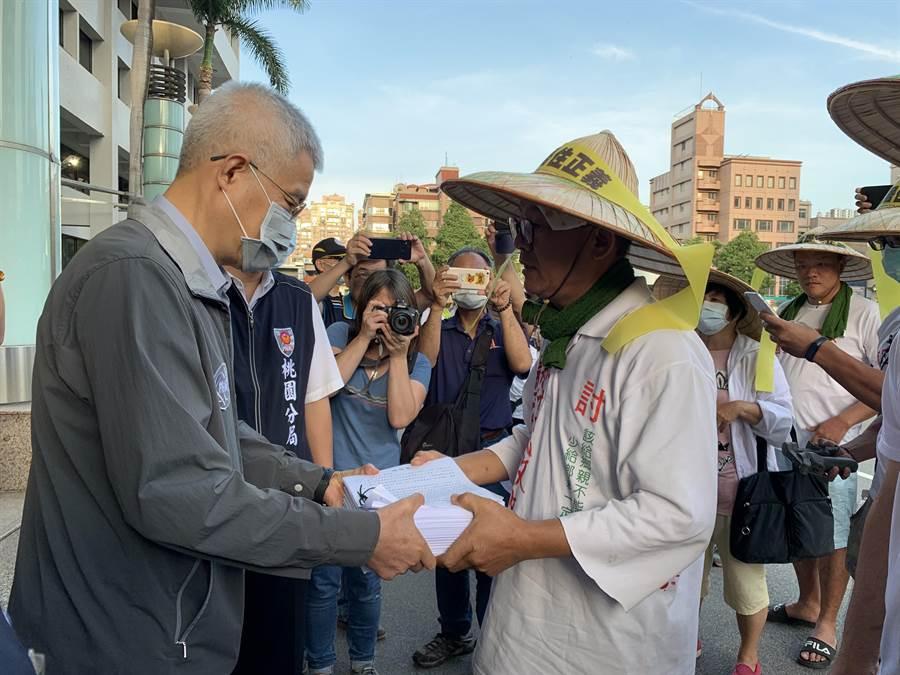 桃園市副市長李憲明接收7千多份的陳情書,表示相關的訴求會納入考量,並請工務局及地政局加強作業。(姜霏攝)