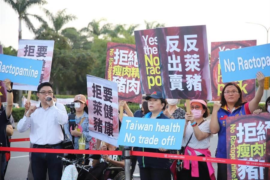 國民黨今天下午赴松山機場,欲藉機向抵台的美國國務院次卿柯拉克,表達反對瘦肉精美豬進口的訴求。(民眾提供)