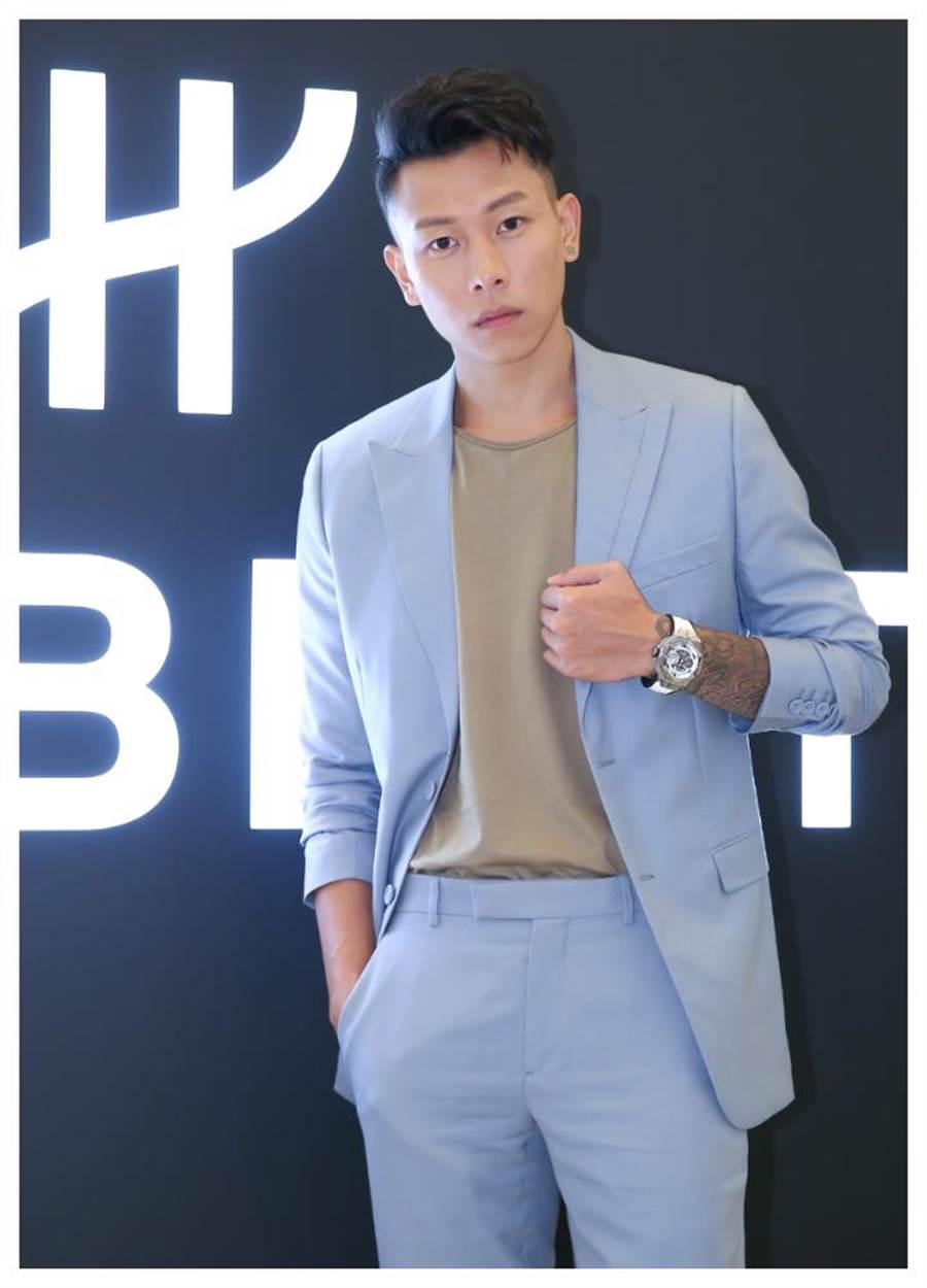 饒舌歌手「瘦子」陳昱榕佩戴宇舶表Big Bang Sang Bleu刺青腕表,腕表上的刺青與手臂的刺青圖騰相呼應,更添藝術品味。(陳俊吉攝)