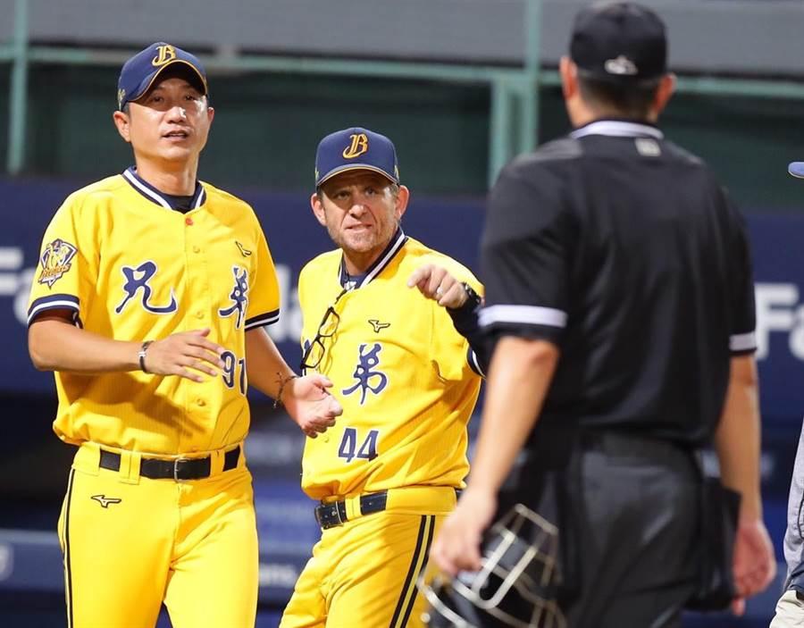 中信兄弟投手教練佛斯特(中)不滿好球帶,遭主審林金達(右)驅逐出場。(季志翔攝)