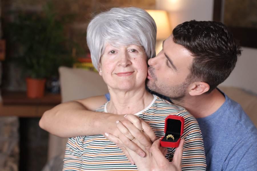 英國1名32歲男子驚見自己54歲老母和31歲的好友上床嘿咻。(示意圖/達志影像)