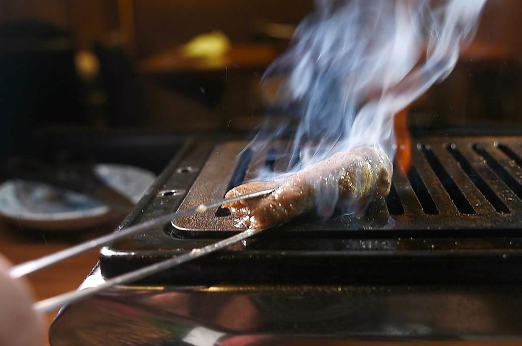 在台中米其林一星餐廳〈俺達的肉屋〉大口吃肉,可以嘗到許多日本和牛特殊部位燒烤的燒肉。(圖/姚舜)