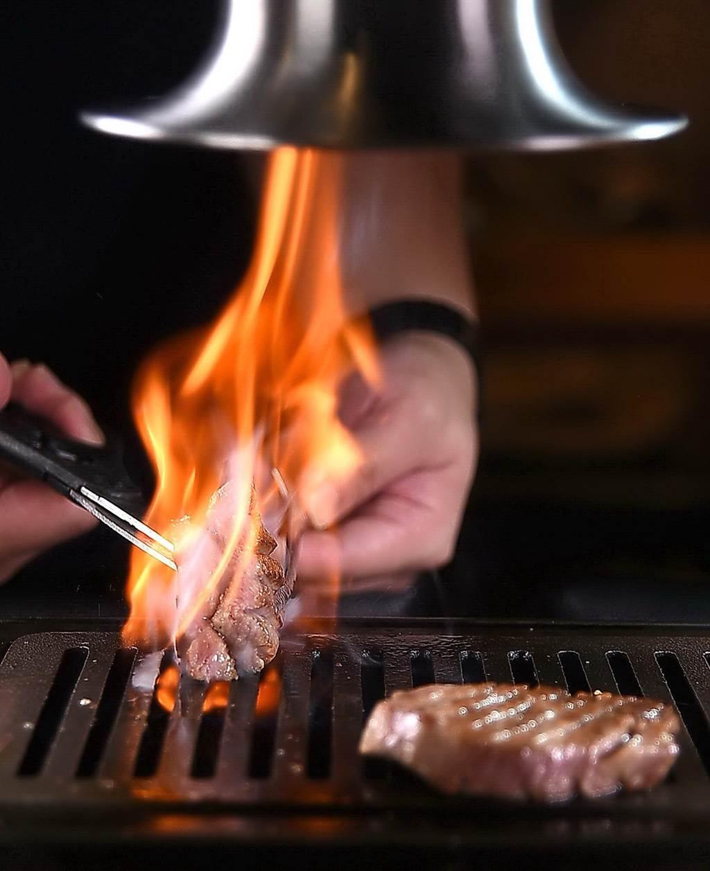 牛肉的油脂滴到烤爐內才冒火,這圖片說明了〈俺達的肉屋〉所用日本和牛的的檔次與等級。(圖/姚舜)