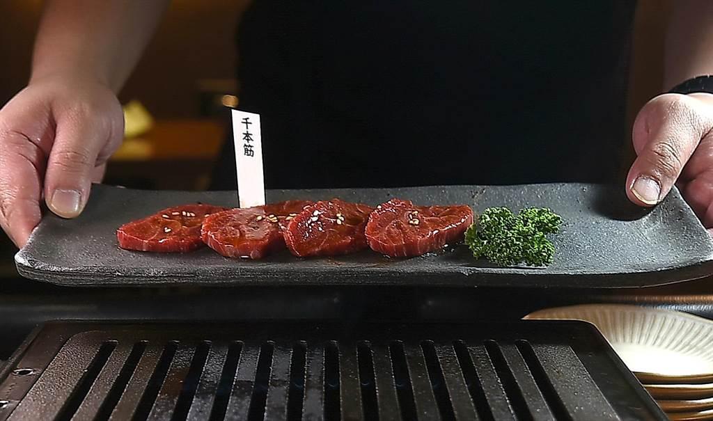 「千本筋」是口感軟嫩的牛外腿肉,燒烤後接觸舌頭的口感非常獨特,筆墨不易形容。(圖/姚舜)