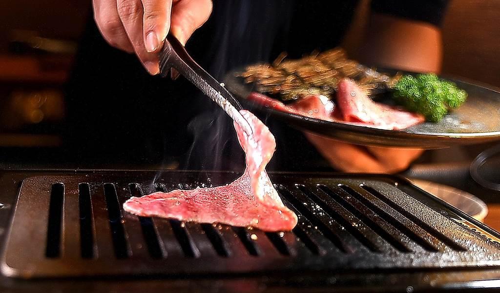 〈芯芯肉〉位於牛後腿內側,雖屬瘦肉但仍有油脂少肉質軟嫩,鍾佳憲是以「薄切快烤」的方式處理這塊肉。(圖/姚舜)