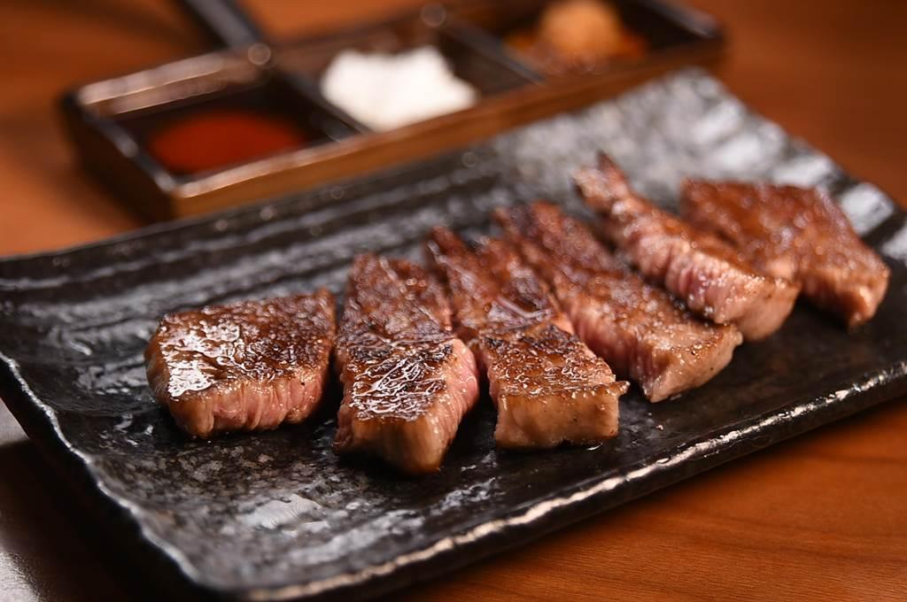 「和牛板腱」的肉味濃郁,適合燒烤至七分熟,享受柔嫩口感。(圖/姚舜)