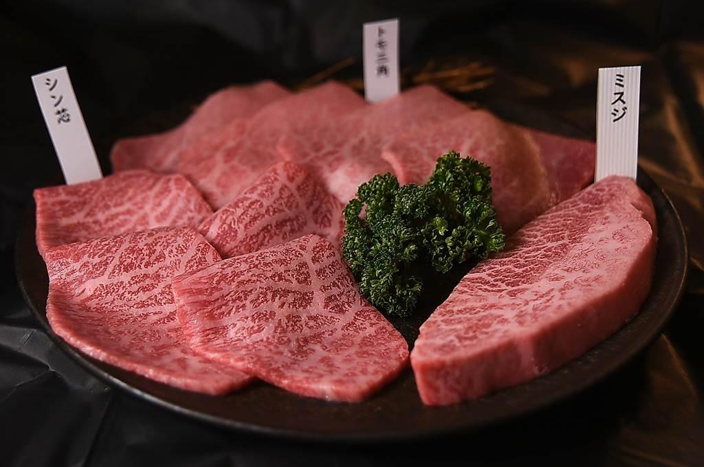 在台中〈俺達的肉屋〉大口吃燒肉,每一種肉上桌時都會附上標籤說明這是日本和牛的那個部位。(圖/姚舜)