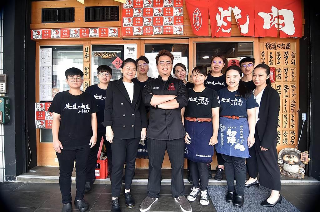 台中〈俺達的肉屋〉開業4年即在《米其林指南》中摘星,主人兼主廚鍾佳憲(中)並得到今年新增的「米其林年輕主廚大獎」(MICHELIN Young Chef Award),非常不易。(圖/姚舜)