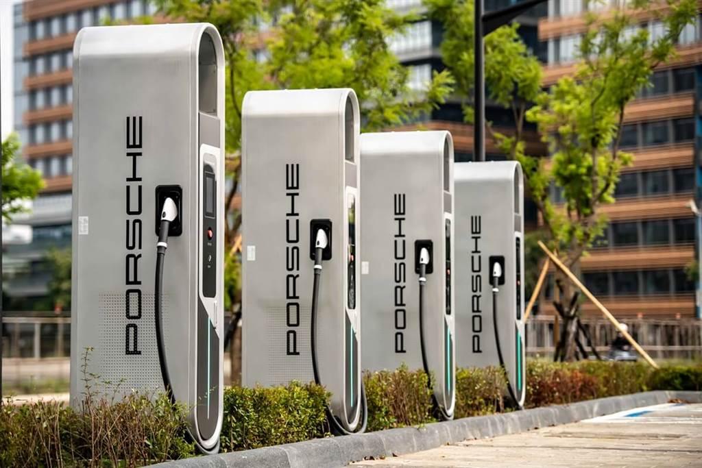 為迎接Taycan的到來,台北保時捷中心特別率先設立了Porsche Turbo Charging高速充電樁,僅需5分鐘就能為Taycan充入行駛100公里所需的電量。