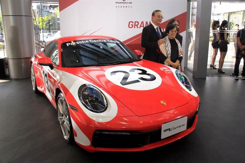 汎德永業集團三位董事長與新992世代911合影,而這部911特別採用了當年第一部利曼冠軍917賽車相同的彩繪,而這正好也是選在9月17日開幕的原因!
