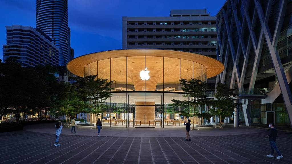 ▲藏身於懸臂式樹冠屋頂下的泰國曼谷Apple Central World。(圖片來源/Apple)