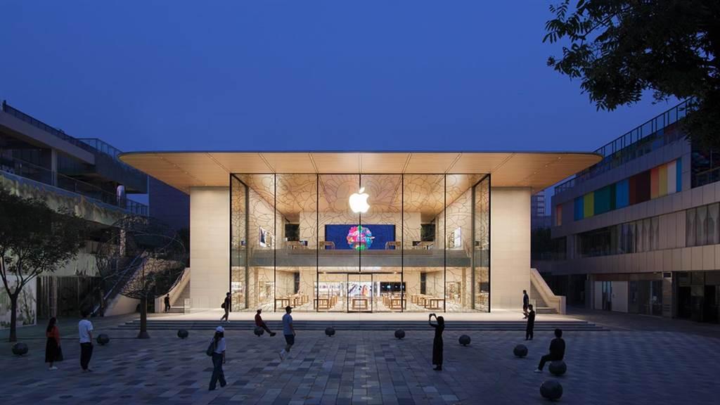 ▲位於北京三里屯Apple Store重新開幕的新形象,10米落地玻璃上黏貼著別具中國風美學的寶相花紋貼紙和色彩斑斕的景泰藍花紋。(圖片來源/Apple)