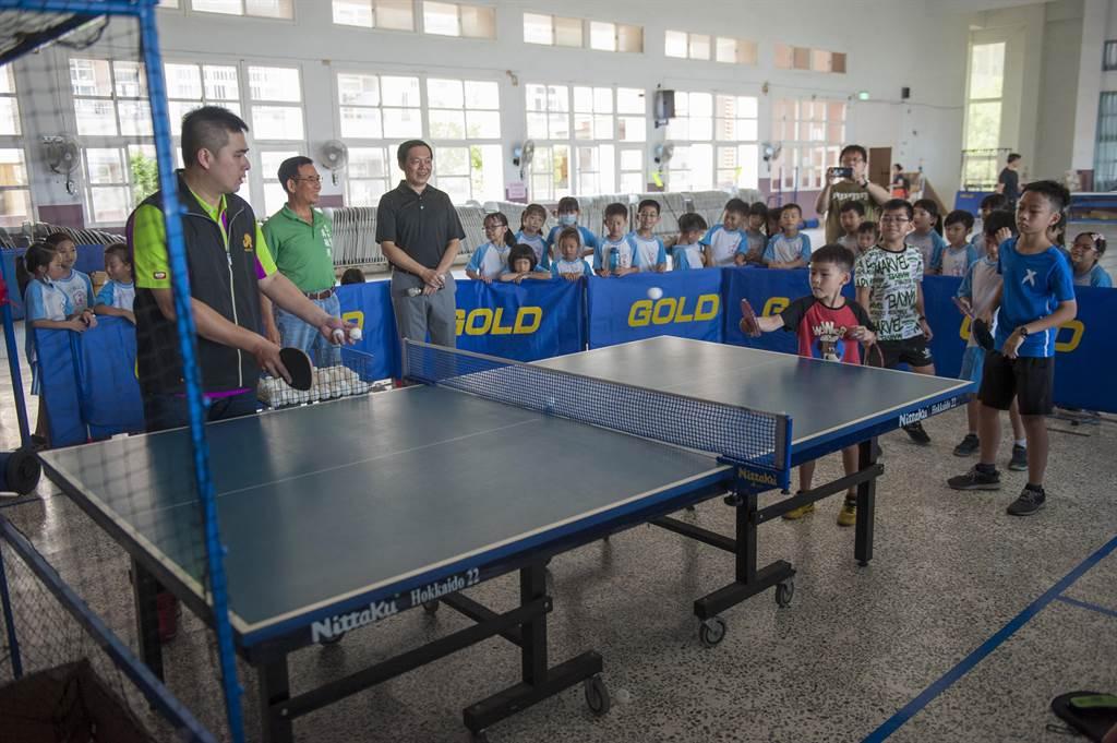 台中市外埔區體育會捐贈桌球球具,外埔國小學童及教練搶先體驗使用。(王文吉攝)