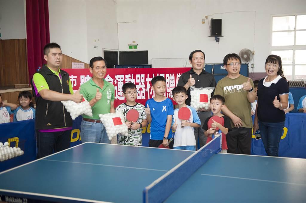 台中市外埔區體育會理事長吳敏濟(左二)大力支持外埔國小發展桌球運動,捐贈集球網架、圍布架及600顆兵乓球。(王文吉攝)