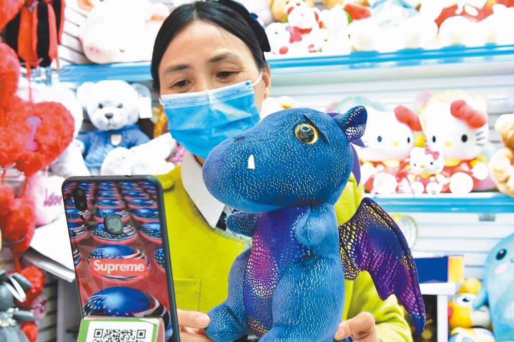 義烏玩具店家通過直播向客戶介紹產品。(新華社資料照片)