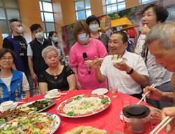 新北老人共餐據點達1019處 侯頒發績優據點讚有人情味