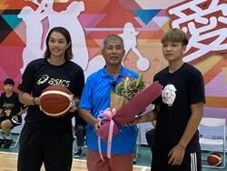 中華電信女籃回母校新生國中 球員獻花致謝教練