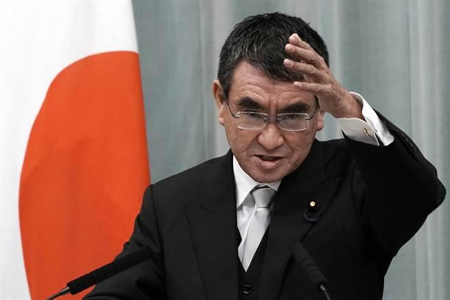 日本新行政改革大臣河野太郎16日在就任記者會上發威。(美聯社)