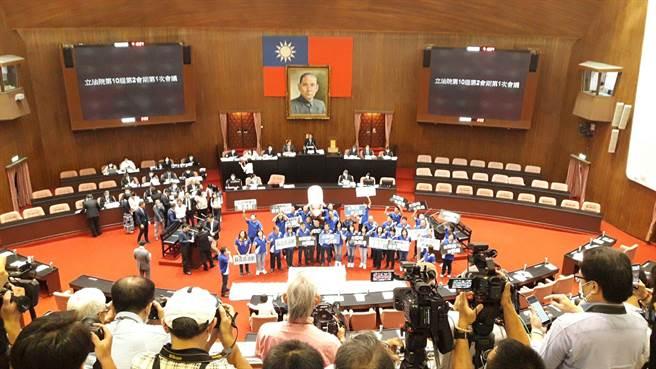 行政院長蘇貞昌今率內閣閣員,赴立法院報告瘦肉精美豬、牛輸台政策,國民黨團要求先為立場轉變道歉。(朱真楷攝)