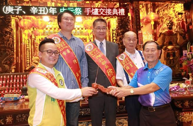 賴清德舅(右2)喊支持林右昌(左2)入閣或選台北市長,現場掌聲如雷。(吳康瑋攝)