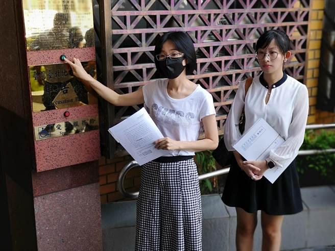 陸勝文好友蔡佩君(左)今赴台北地檢署按鈴,控告「仁愛帝寶」D棟21樓鄭姓屋主詐貸、偽造文書。(黃捷攝)