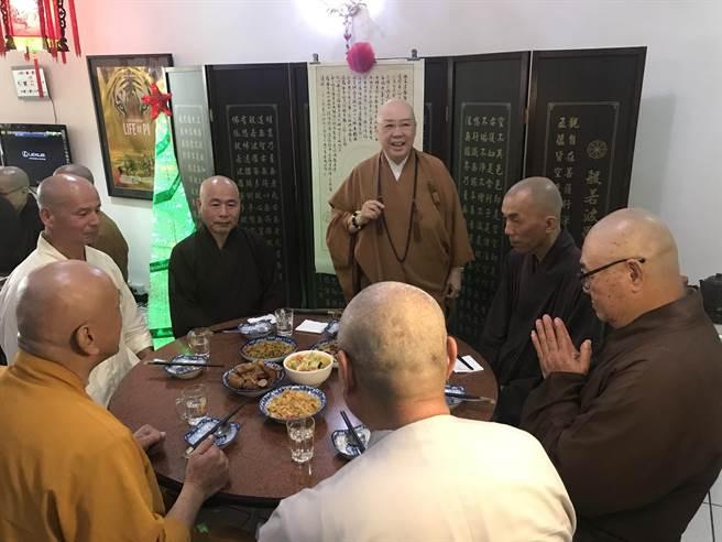 恆述法師(左四)今與眾法師一起吃素菜。(李承陽攝)