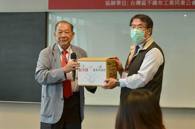 康那香捐台南100萬片口罩給台南市政府。左董事長戴榮吉,右台南市長黃偉哲。