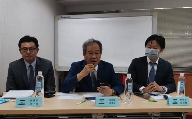 左起慧洋營運長趙子隆、總經理鄭俊聲、財務長薛亦駿在法說會上。(圖/張佩芬)