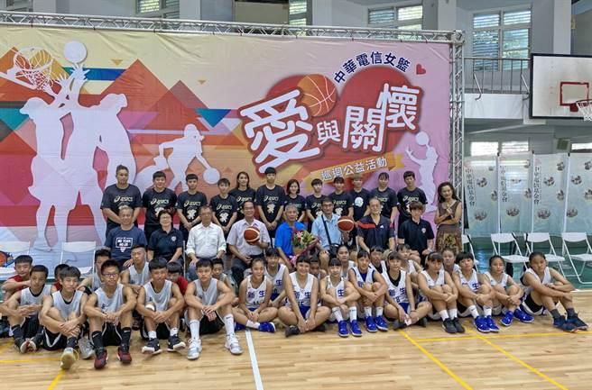 中華電信女籃愛與關懷活動18日首次來到台東新生國中舉行。(黃及人攝)
