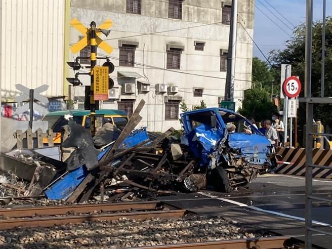 小貨車闖入平交道被區間車撞稀爛。(攝影師張麥斯提供/吳敏菁彰化傳真)。