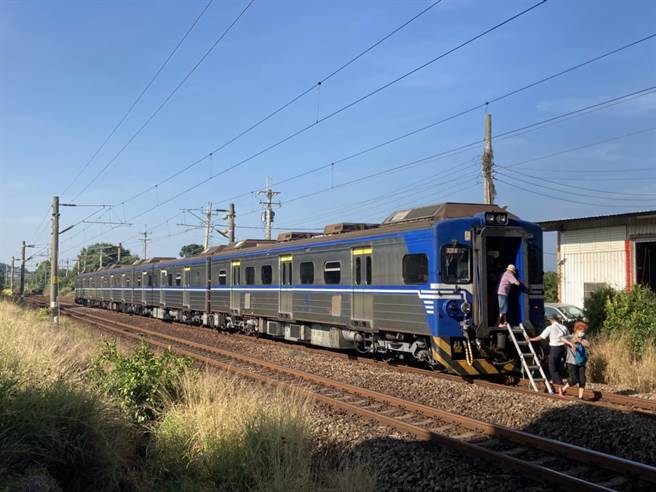 小貨車闖入平交道被區間車撞稀爛,列車也受損,車上乘客。(攝影師張麥斯提供/吳敏菁彰化傳真)。