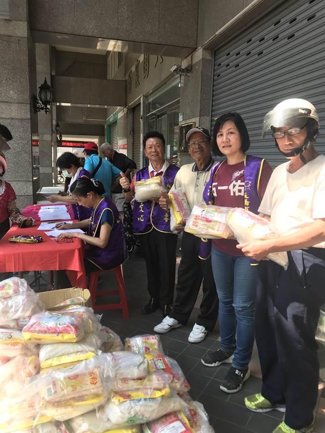板橋區政顧問石一佑募集白米、物資,發送給弱勢朋友。(石一佑提供)
