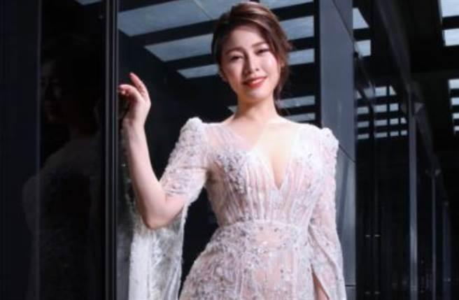 白家绮在IG上公开多张金钟奖穿搭,性感深V造型意外泄「胸前大痣」。(图/IG@sabrinapai0420)