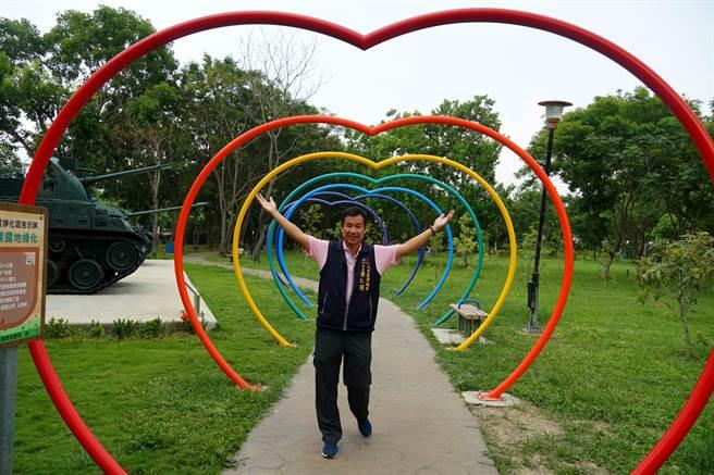 大里塗城里塗城公園,近日新設「愛心造型長廊」,里長黃仁耀,歡迎大家來打卡。(黃國峰攝)