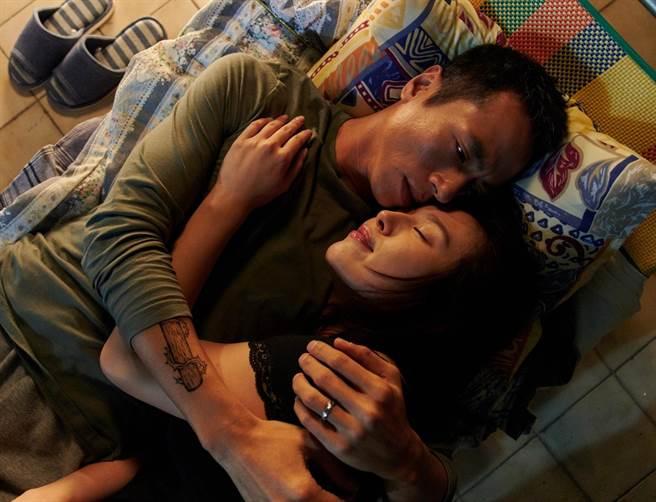 莊凱勛擁著心愛的女人劉品言入睡。(衛視中文台提供)