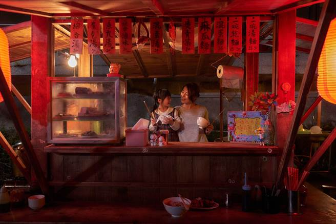 劉品言與女兒林鈺芠在麵攤上演溫馨母女情。(衛視中文台提供)