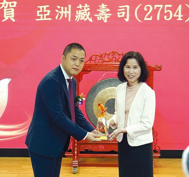 柜买中心总座李爱玲(右)致赠礼物给亚洲藏寿司董座西川健太郎。图/姚舜