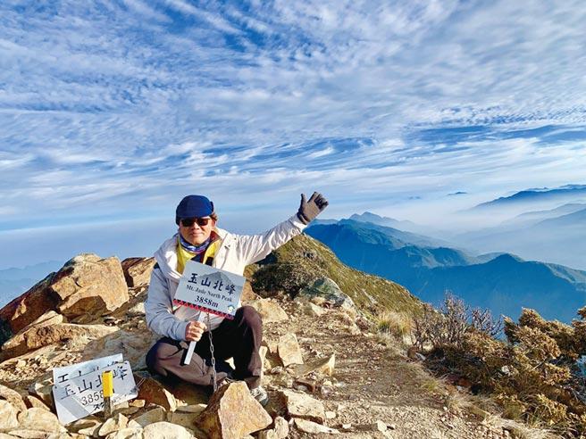 皇鋼機械董事長許來春,登上標高3,858公尺玉山北峰拍照留念。圖/業者提供