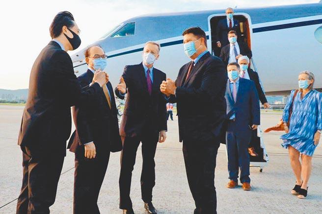 美國國務院次卿柯拉克(左四)訪台,拱手向接機的美國在台協會處長酈英傑(左三)、外交部政務次長曾厚仁(左二)、外交部北美司長徐佑典(左一)等人致意。(外交部提供)
