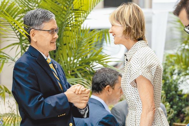 我駐紐約台北經濟文化代表處處長李光章(左)和美國駐聯合國大使克拉夫特(右)昨日在紐約曼哈頓中城一同午餐。(美聯社)