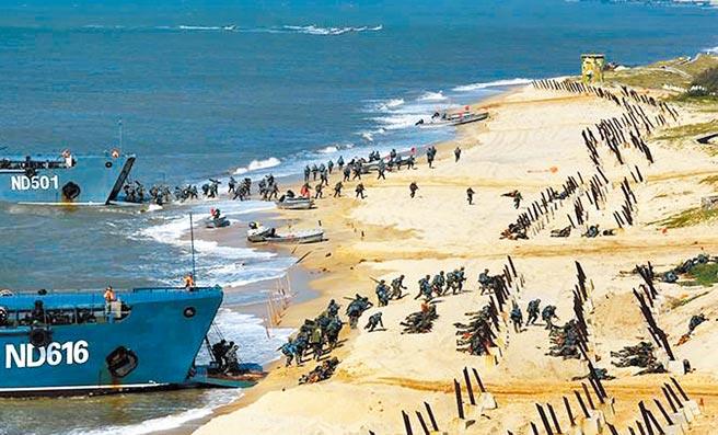 大陸宣布19日在東海進行軍演。圖為第73集團軍某合成旅在東海某海域開展兩棲登陸作戰實彈演習情形。(摘自中國軍網)
