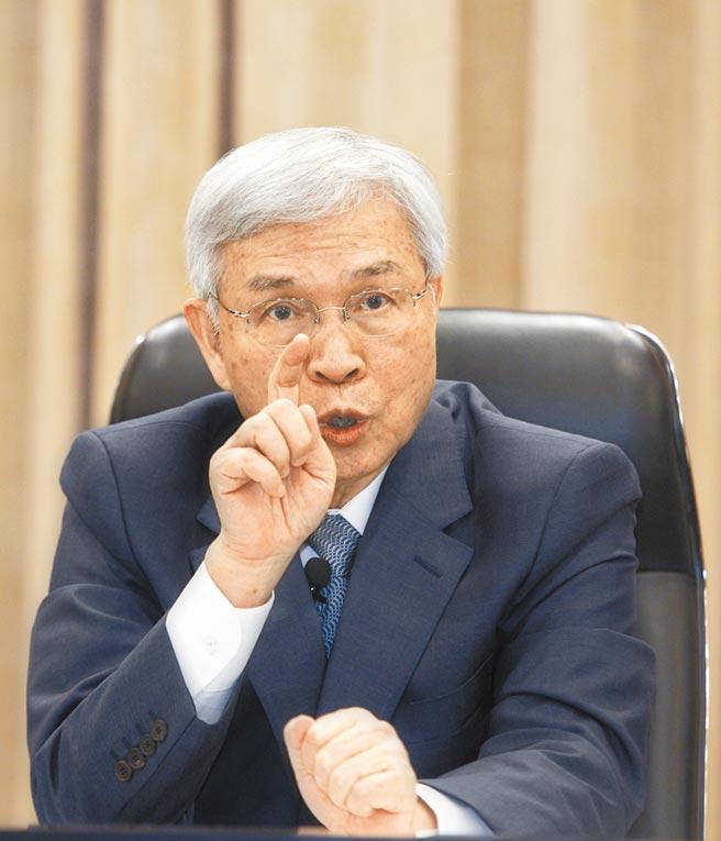 中央銀行17日舉行第3季理監事會議,總裁楊金龍宣布不降息,重貼現率、擔保放款融通利率、短期融通利率分別維持年息1.125%、1.5%與3.375%。(張鎧乙攝)