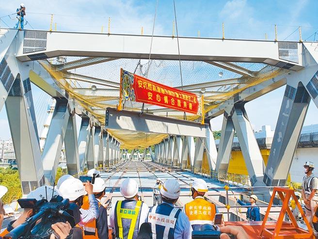 新北市捷運工程局17日舉辦安坑輕軌「安心橋」全橋合龍典禮。(葉書宏攝)