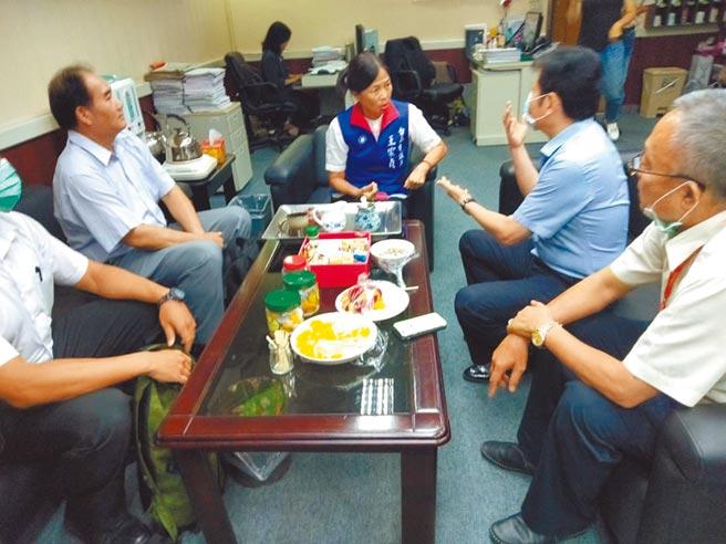 台南市警察局長詹永茂(右二)月初在警方提抗告時,親赴台南市議會向獲判無罪的台南市議員王家貞(中)報告,表示是「奉命行事」。(台南市議會提供/程炳璋台南傳真)