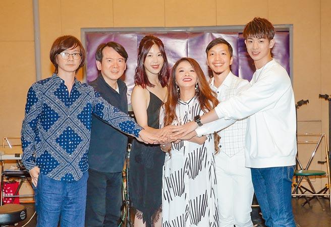 林隆璇(左起)、李建復、李友珊、許景淳、林子軒、林亭翰昨為民歌演唱會造勢。(盧禕祺攝)