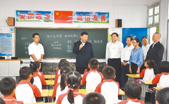 9月16日,大陸國家主席習近平至湖南考察調研。在汝城縣文明瑤族鄉第一片小學與師生們交流。(新華社)