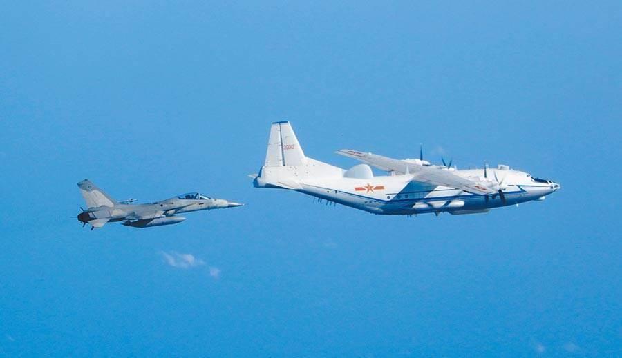 共軍軍機近期頻繁進入台灣西南方空域,我空軍依例升空對之廣播進行驅離。圖為圖為2018年12月IDF經國號戰機對共軍運8(前)運輸機監控照片。(圖/國防部)