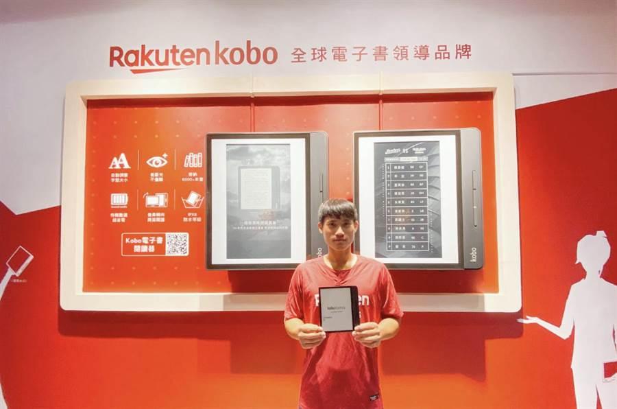 電子書品牌樂天Kobo電子書,在台灣樂天生態系積極發揮作用,與樂天棒球隊深度合作。圖為樂天桃猿選手林承飛展示樂天Kobo電子書閱讀器。(樂天Kobo提供/黃慧雯台北傳真)