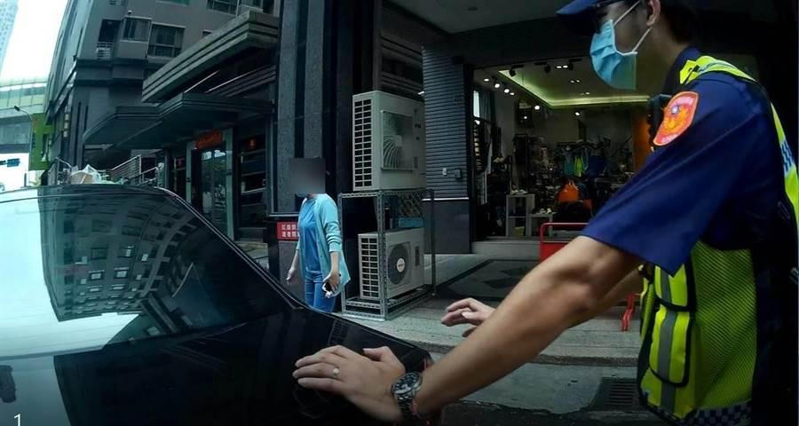 民眾車子故障,員警化身大力士,幫忙將車子推到路邊。(民眾提供/盧金足台中傳真)