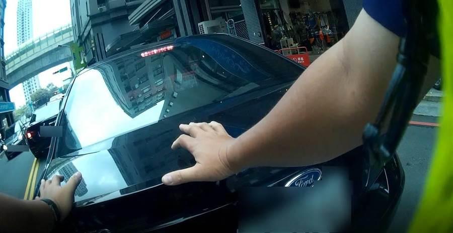 車主感謝員警熱心的協助,安全度過車子拋錨路中的意外。(民眾提供/盧金足台中傳真)